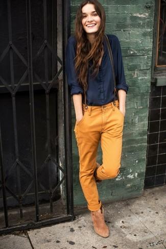 Dunkelblaue Bluse mit Knöpfen kombinieren: trends 2020: Um einen geradlinigen aber schicken Look zu erhalten, tragen Sie eine dunkelblaue Bluse mit Knöpfen und eine rotbraune Chinohose. Ergänzen Sie Ihr Look mit beige Wildleder Stiefeletten.