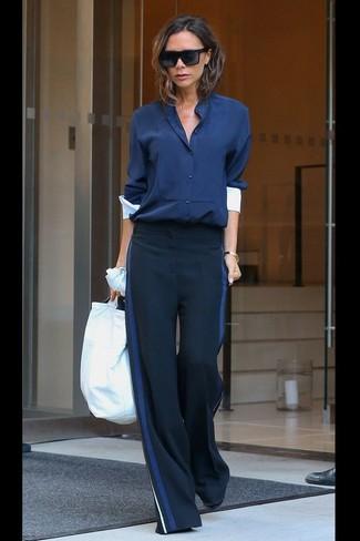 Dunkelblaue Bluse mit Knöpfen kombinieren: trends 2020: Entscheiden Sie sich für eine dunkelblaue Bluse mit Knöpfen und eine dunkelblaue weite Hose, um eine legere und gleichzeitig elegante Stimmung zu kreieren.