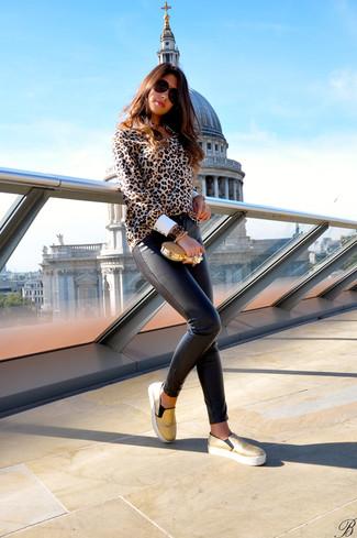 Wie kombinieren: beige Bluse mit Knöpfen mit Leopardenmuster, dunkelbraune enge Hose aus Leder, goldene Slip-On Sneakers, goldene Clutch