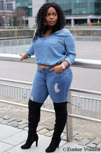 Beige Ledergürtel kombinieren – 90 Damen Outfits: Wenn Sie einen super lässigen Trend-Look erzielen müssen, probieren Sie diese Paarung aus einer hellblauen Jeansbluse mit knöpfen und einem beige Ledergürtel. Putzen Sie Ihr Outfit mit schwarzen Overknee Stiefeln aus Wildleder.
