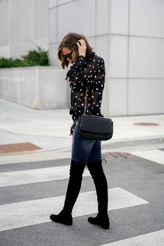 Wie kombinieren: schwarze und weiße gepunktete Bluse mit Knöpfen, dunkelblaue enge Jeans, schwarze Overknee Stiefel aus Wildleder, schwarze gesteppte Leder Umhängetasche