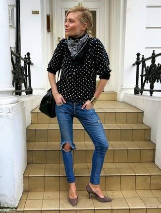 Wie kombinieren: schwarze und weiße gepunktete Bluse mit Knöpfen, blaue enge Jeans mit Destroyed-Effekten, graue Wildleder Pumps, schwarze Satchel-Tasche aus Leder