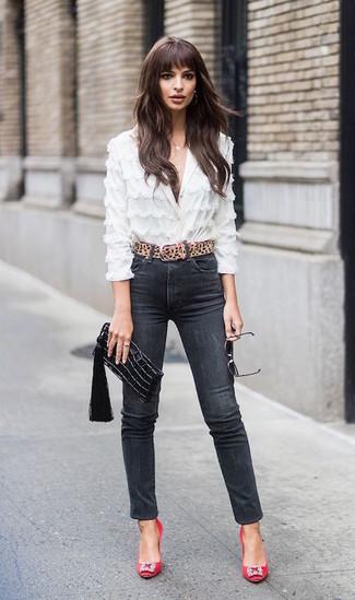 Wie kombinieren: weiße Spitzebluse mit knöpfen, schwarze enge Jeans, rote verzierte Satin Pumps, schwarze Leder Clutch