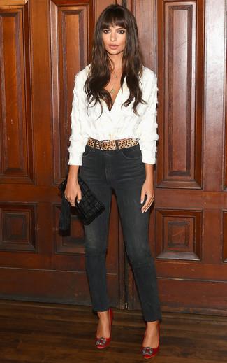 Wie kombinieren: weiße Bluse mit Knöpfen, schwarze enge Jeans, rote verzierte Satin Pumps, schwarze Fransen Leder Clutch