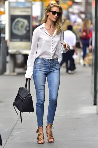 Wie kombinieren: weiße Bluse mit Knöpfen, blaue enge Jeans, braune Wildleder Sandaletten, schwarze Satchel-Tasche aus Leder