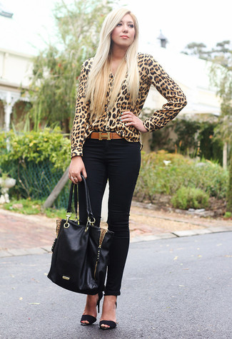 Wie kombinieren: beige Bluse mit Knöpfen mit Leopardenmuster, schwarze enge Jeans, schwarze Wildleder Sandaletten, schwarze Shopper Tasche aus Leder