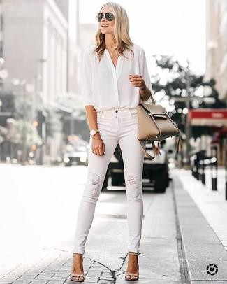 Damen Outfits & Modetrends 2020: Eine weiße Seidebluse mit knöpfen und weiße enge Jeans mit Destroyed-Effekten sind perfekt geeignet, um einen entspannten Look zu schaffen. Hellbeige Leder Sandaletten sind eine perfekte Wahl, um dieses Outfit zu vervollständigen.