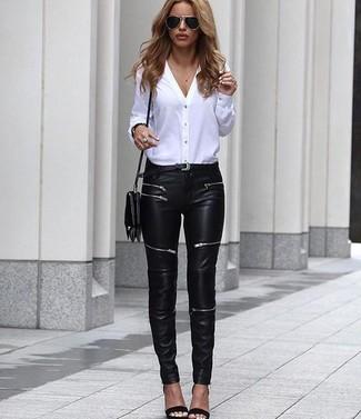 Wie kombinieren: weiße Bluse mit Knöpfen, schwarze Leder enge Jeans, schwarze Leder Sandaletten, schwarze Leder Umhängetasche