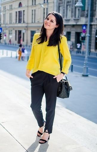 Wie kombinieren: gelbe Bluse mit Knöpfen, schwarze Anzughose, schwarze Wildleder Sandaletten, schwarze gesteppte Leder Umhängetasche