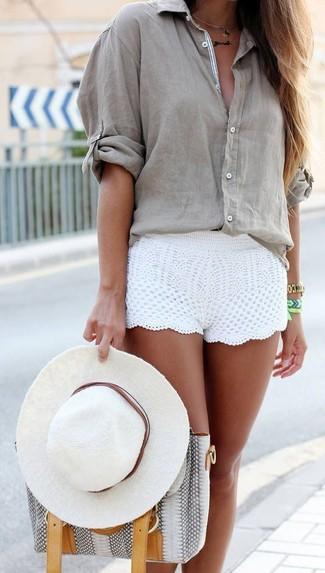 Wie kombinieren: graue Bluse mit Knöpfen, weiße Häkelshorts, graue Shopper Tasche aus Leder mit Schlangenmuster, weißer Hut