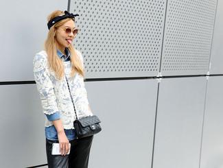 84be209d6e16 Damenmode › Damenmode der 30er Jahre Erwägen Sie das Tragen von einer  hellblauen Jeansbluse mit knöpfen und einer schwarzen enger Hose aus
