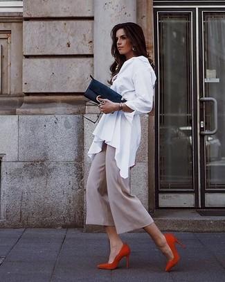 Wie kombinieren: weiße Bluse mit Knöpfen, hellbeige Hosenrock, rote Wildleder Pumps, schwarze Wildleder Clutch