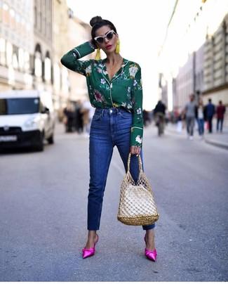 Blaue Jeans kombinieren – 1200+ Damen Outfits: Probieren Sie die Paarung aus einer dunkelgrünen Bluse mit Knöpfen mit Blumenmuster und blauen Jeans, um einen super entspannten, aber dennoch stylischen Look zu erzeugen. Fühlen Sie sich mutig? Wählen Sie fuchsia Satin Pantoletten.