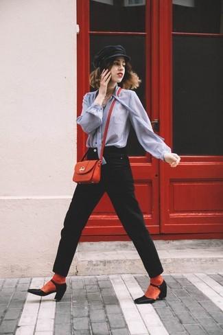 Wie kombinieren: graue Bluse mit Knöpfen, schwarze Jeans, schwarze Leder Pumps, rote Leder Umhängetasche
