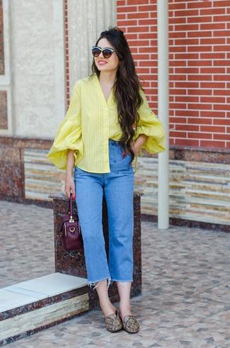 Wie kombinieren: gelbe vertikal gestreifte Bluse mit Knöpfen, blaue Jeans, braune Leder Slipper mit Schlangenmuster, dunkellila Lederhandtasche