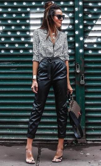 Wie kombinieren: weiße und schwarze Bluse mit Knöpfen mit Leopardenmuster, schwarze Karottenhose aus Leder, transparente Gummi Sandaletten, braune bedruckte Satchel-Tasche aus Leder