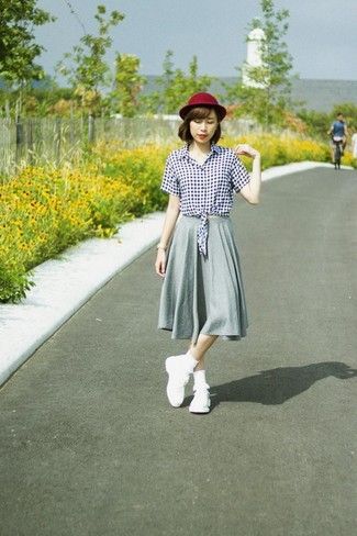Wie kombinieren: weiße und schwarze Bluse mit Knöpfen mit Vichy-Muster, grauer Falten Midirock, weiße Sportschuhe, dunkelroter Wollhut
