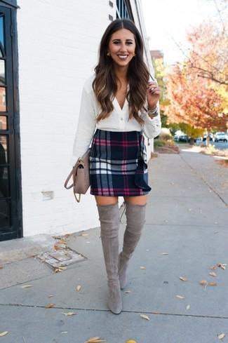 Wie kombinieren: weiße Bluse mit Knöpfen, schwarzer Wollminirock mit Schottenmuster, graue Overknee Stiefel aus Wildleder, hellbeige Leder Umhängetasche