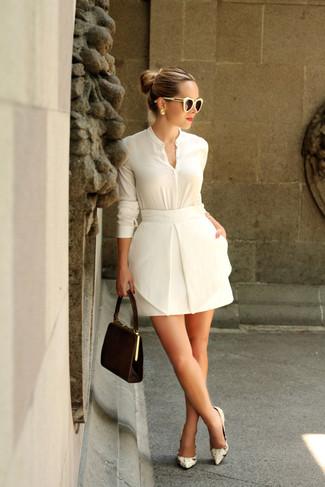 Wie kombinieren: weiße Bluse mit Knöpfen, weißer Minirock, hellbeige Leder Pumps mit Schlangenmuster, dunkelbraune Wildleder Clutch