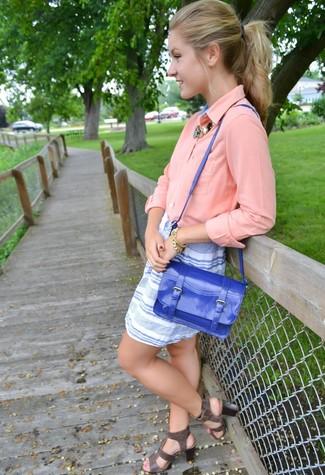 Wie kombinieren: rosa Bluse mit Knöpfen, weißer und blauer horizontal gestreifter Minirock, dunkelgraue Römersandalen aus Leder, blaue Satchel-Tasche aus Leder