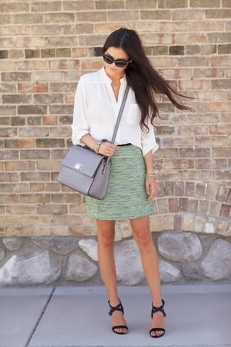 Schwarze Leder Sandaletten kombinieren – 500+ Damen Outfits: Entscheiden Sie sich für eine weiße Bluse mit Knöpfen und einen mintgrünen Tweed Minirock, umein zeitgenössisches Alltags-Outfit zu schaffen, der in der Garderobe der Frau nicht fehlen darf. Ergänzen Sie Ihr Look mit schwarzen Leder Sandaletten.