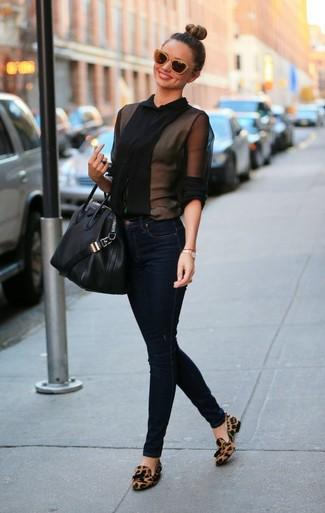 Bluse mit knoepfen schwarze enge jeans dunkelblaue slipper mit quasten braune large 999