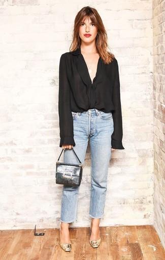Wie kombinieren: schwarze Chiffonbluse mit knöpfen, hellblaue Jeans, goldene Leder Pumps, silberne Leder Clutch