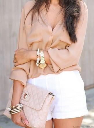 Wie kombinieren: hellbeige Bluse mit Knöpfen, weiße Leinen Shorts, hellbeige gesteppte Leder Clutch, goldenes Armband