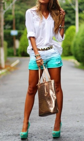 Wie kombinieren: weiße Spitzebluse mit knöpfen, mintgrüne Jeansshorts, mintgrüne Wildleder Pumps mit Ausschnitten, goldene Shopper Tasche aus Leder