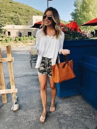 Wie kombinieren: weiße Chiffonbluse mit knöpfen, olivgrüne Camouflage Shorts, braune Leder Zehentrenner, rotbraune Shopper Tasche aus Leder