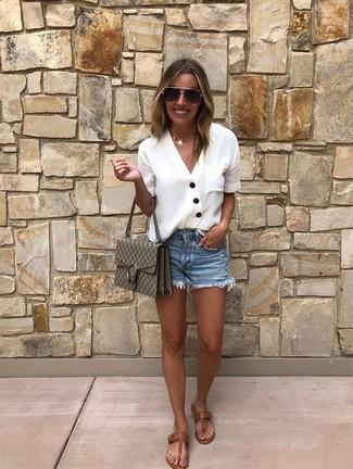 Wie kombinieren: weiße Bluse mit Knöpfen, blaue Jeansshorts, braune Leder Zehentrenner, olivgrüne bedruckte Leder Umhängetasche
