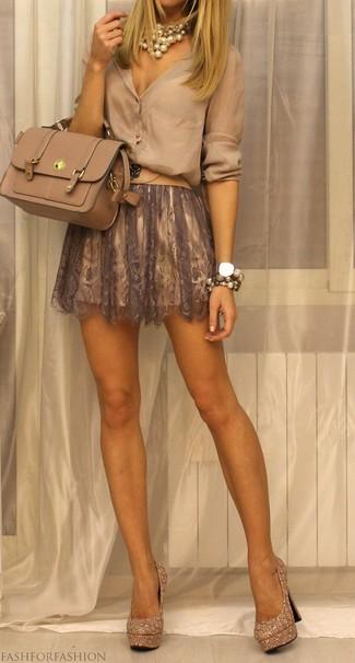 Wie kombinieren: hellbeige Bluse mit Knöpfen, brauner Skaterrock aus Spitze, goldene verzierte Paillette Pumps, hellbeige Satchel-Tasche aus Leder