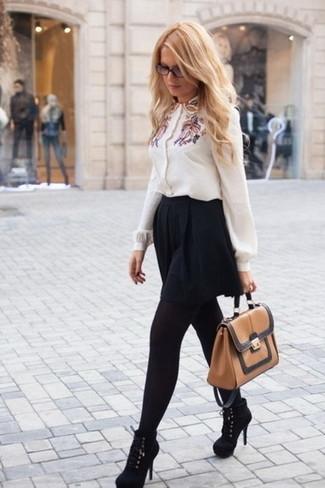 Wie kombinieren: weiße bestickte Bluse mit Knöpfen, schwarzer Skaterrock, schwarze Wildleder Stiefeletten, beige Satchel-Tasche aus Leder