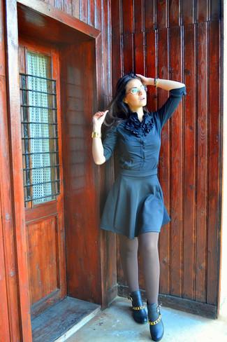 Dunkelblaue Bluse mit Knöpfen kombinieren: trends 2020: Um ein perfektes, legeres Outfit zu zaubern, vereinigen Sie eine dunkelblaue Bluse mit Knöpfen mit einem dunkelblauen Skaterrock. Vervollständigen Sie Ihr Look mit schwarzen verzierten Leder Stiefeletten.