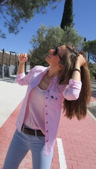 Wie kombinieren: rosa Bluse mit Knöpfen, rosa T-Shirt mit einem Rundhalsausschnitt, hellblaue enge Jeans, dunkelbrauner Ledergürtel