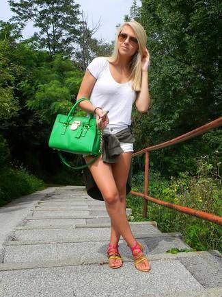 Wie kombinieren: dunkelgrüne Bluse mit Knöpfen, weißes T-Shirt mit einem Rundhalsausschnitt, weiße Jeansshorts, fuchsia Zehentrenner