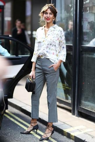 Weiße und dunkelblaue enge Hose mit Karomuster kombinieren: trends 2020: Probieren Sie die Kombi aus einer weißen bedruckten Bluse mit Knöpfen und einer weißen und dunkelblauen enger Hose mit Karomuster, umeinen harmonischen Freizeit-Look zu zaubern, der im Kleiderschrank der Frau nicht fehlen darf. Vervollständigen Sie Ihr Look mit schwarzen Spitze Pumps.