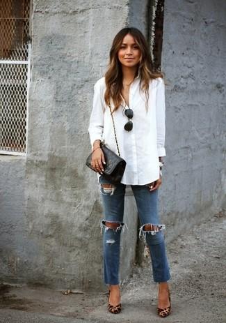 Diese Kombination aus einer weißen Bluse mit Knöpfen und blauen engen Jeans mit Destroyed-Effekten fällt genau aus den richtigen Gründen auf. Setzen Sie bei den Schuhen auf die klassische Variante mit beige Leder Pumps mit Leopardenmuster.