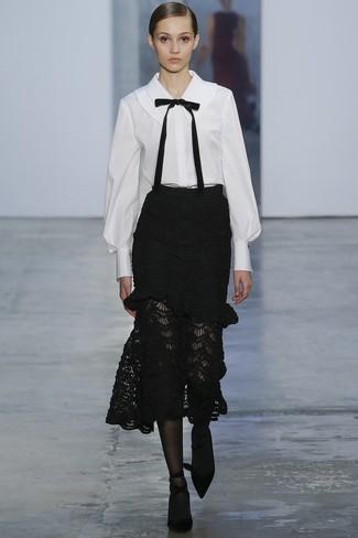Wie kombinieren: weiße und schwarze Bluse mit Knöpfen, schwarzer Midirock aus Spitze, schwarze Wildleder Pumps, schwarze Strumpfhose