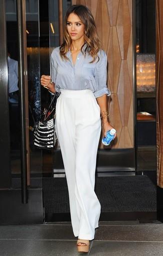 Jessica Alba trägt Graue Bluse mit Knöpfen, Weiße Weite Hose, Beige Leder Sandaletten, Schwarze und weiße Shopper Tasche aus Leder