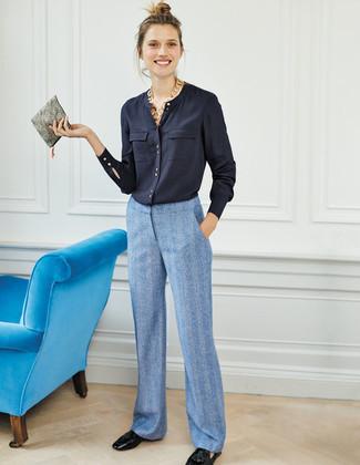 Wie kombinieren: dunkelblaue Bluse mit Knöpfen, hellblaue weite Hose, schwarze Leder Slipper mit Quasten, graue Leder Clutch