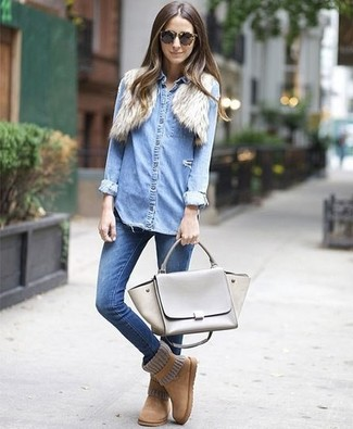 Wie kombinieren: hellbeige Pelz Bolero, hellblaues Jeanshemd, blaue enge Jeans, beige Ugg Stiefel
