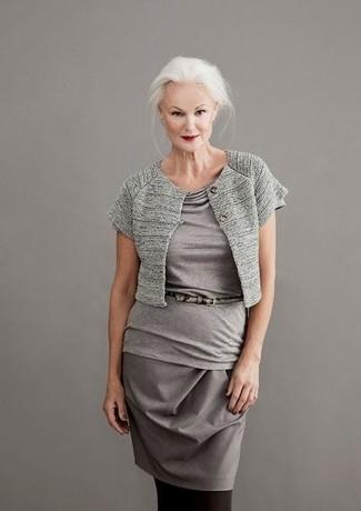 Strumpfhose kombinieren: trends 2020: Möchten Sie einen stylischen, lässigen Look erzielen, ist diese Kombi aus einem grauen Bolero und einer Strumpfhose ganz ideal.