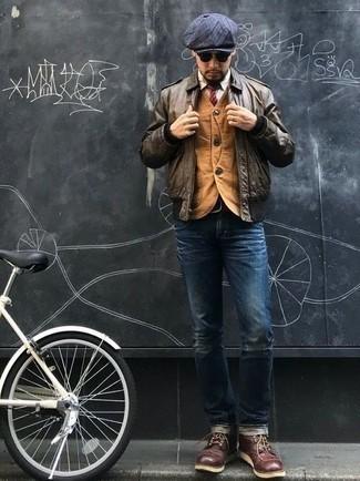 Herren Outfits & Modetrends 2020: Vereinigen Sie eine braune Bomberjacke mit dunkelblauen Jeans, um einen lockeren, aber dennoch stylischen Look zu erhalten. Entscheiden Sie sich für eine dunkelrote Lederfreizeitstiefel, um Ihr Modebewusstsein zu zeigen.