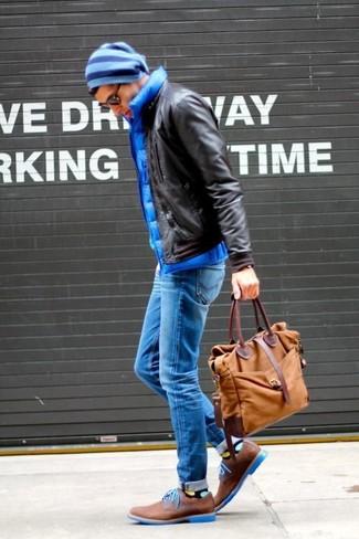 Wie kombinieren: dunkelbraune Leder Bomberjacke, blaue gesteppte ärmellose Jacke, blaue enge Jeans, braune Wildleder Derby Schuhe