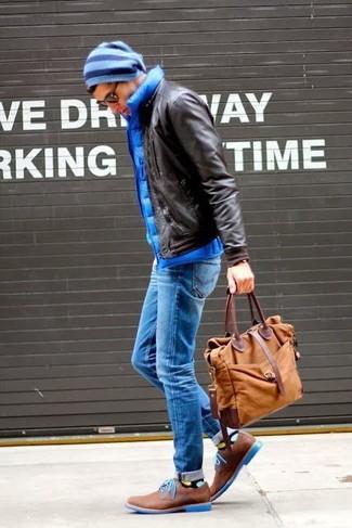 Wie kombinieren: dunkelbraune Leder Bomberjacke, blaue gesteppte ärmellose Jacke, blaue Jeans, braune Leder Derby Schuhe