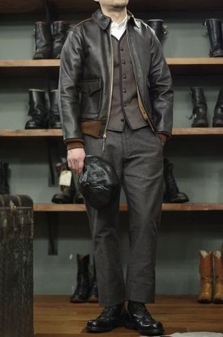 Herren Outfits & Modetrends 2020: Paaren Sie eine schwarze Leder Bomberjacke mit einer dunkelgrauen Wollchinohose für ein großartiges Wochenend-Outfit. Putzen Sie Ihr Outfit mit einer schwarzen Lederfreizeitstiefeln.