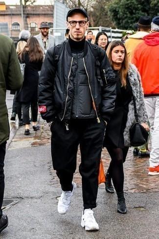 Schwarze ärmellose Jacke kombinieren: trends 2020: Arbeitsreiche Tage verlangen nach einem einfachen, aber dennoch stylischen Outfit, wie zum Beispiel eine schwarze ärmellose Jacke und eine schwarze Chinohose. Wenn Sie nicht durch und durch formal auftreten möchten, entscheiden Sie sich für weißen Sportschuhe.