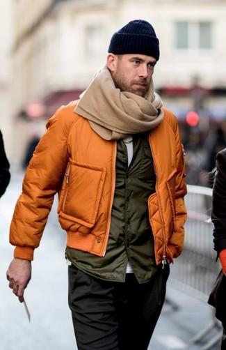 Wie kombinieren: orange Bomberjacke, olivgrüne ärmellose Jacke, weißes T-Shirt mit einem Rundhalsausschnitt, schwarze Chinohose