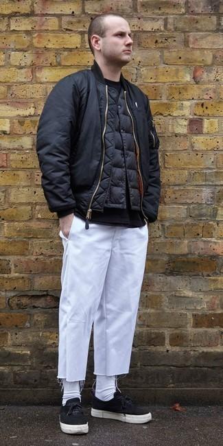 Schwarze Wildleder niedrige Sneakers kombinieren: trends 2020: Entscheiden Sie sich für eine schwarze Bomberjacke und eine weiße Chinohose für einen bequemen Alltags-Look. Fühlen Sie sich mutig? Komplettieren Sie Ihr Outfit mit schwarzen Wildleder niedrigen Sneakers.